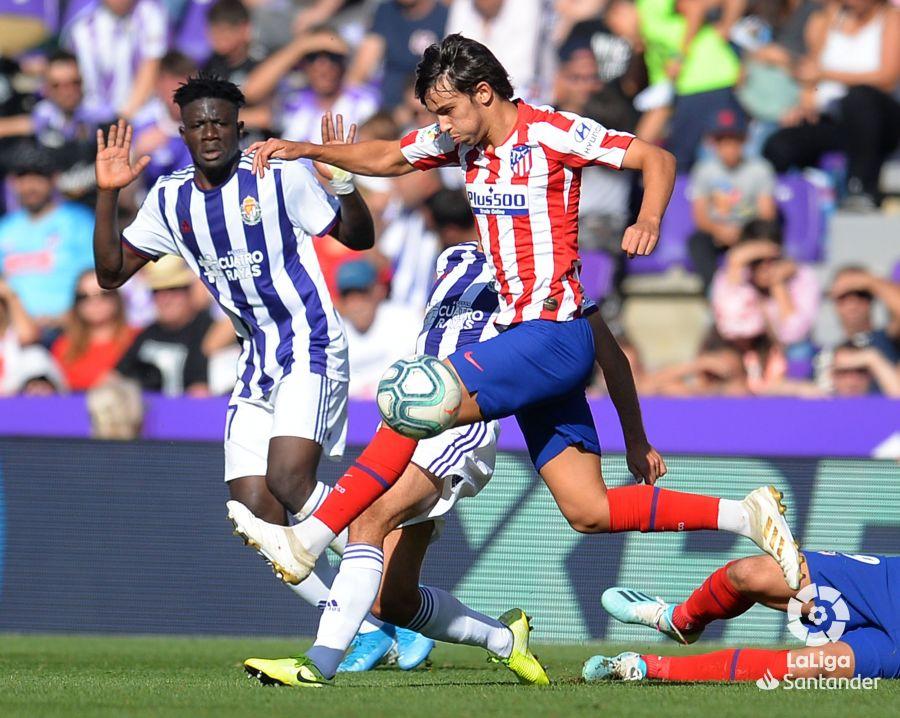 Octava jornada de Liga 2019-2020. Joao Félix trata de zafarse de los defensas del Real Valladolid ©LaLiga