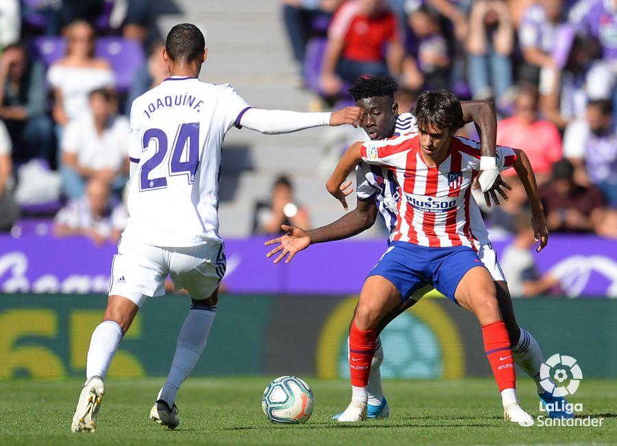 Octava jornada de Liga 2019-2020. Joaquín remata mientras Joao Félix trata de zafarse de Salisou ©LaLiga