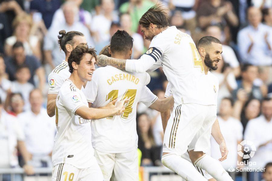 Piña madridista para celebrar el gol de Modric ante el Granada ©LaLiga